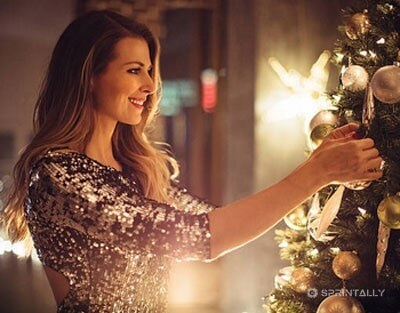 Decorate the Christmas tree and give gifts