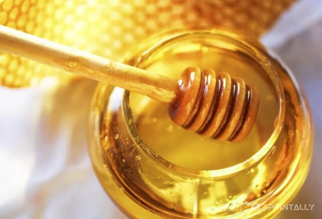 Homemade mask against hair loss with honey