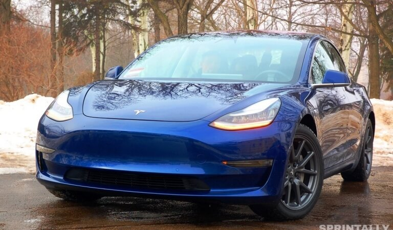 Sedan Tesla Model 3 has received the Summon feature and can now park on its own
