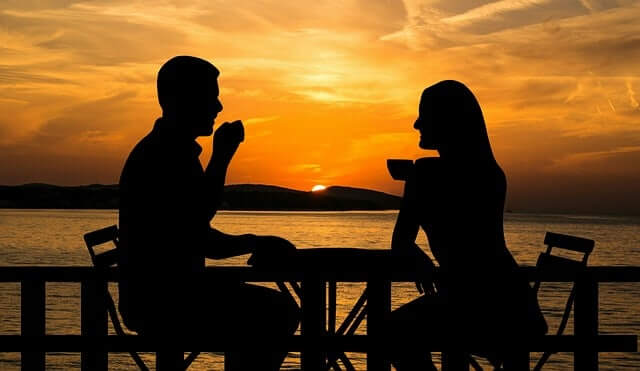What do women pay attention when they meetmen?