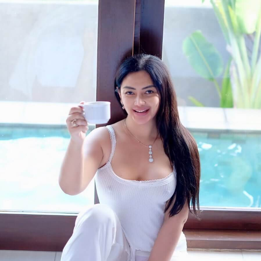 Mami Sisca Mellyana Holding Tea Cup