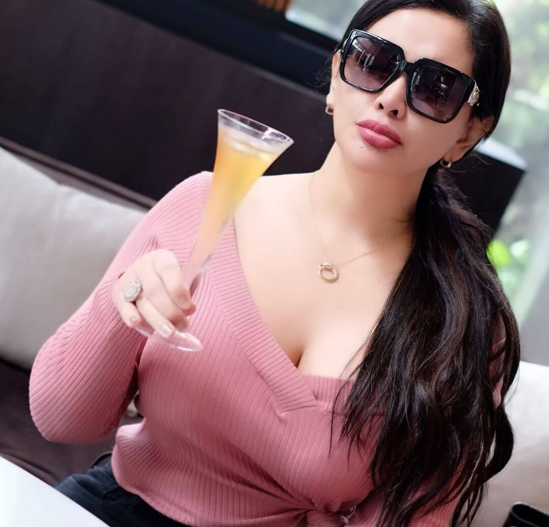 Mami Sisca Mellyana Is About To Drink Juice