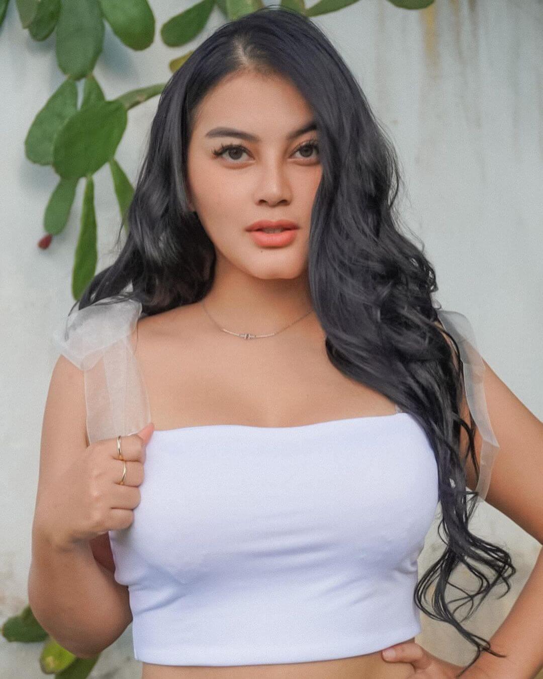 Gita Youbi In White Top
