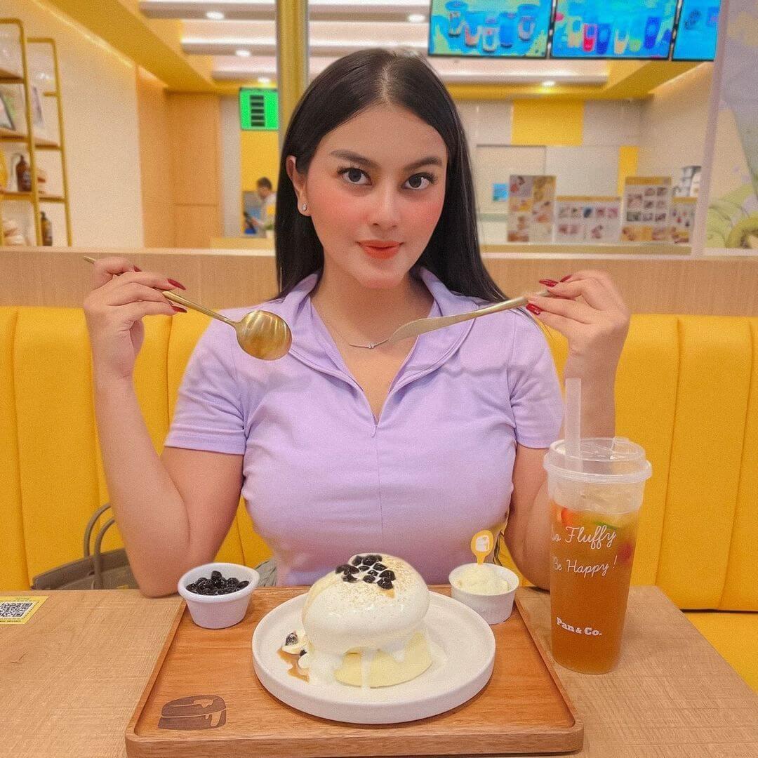 Gita Youbi Is About To Eat Cake